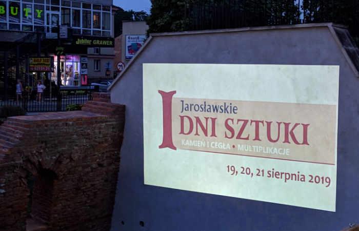 Zdjęcia prac jarosławskich artystów na Bramie Krakowskiej